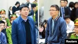 Ông Đinh La Thăng (trái) và Trịnh Xuân Thăng tại tòa án.
