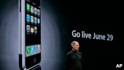 El fallecido CEO de Apple, Steve Jobs, anunció el lanzamiento del iPhone en una conferencia en San Francisco, California, el 11 de junio de 2007.