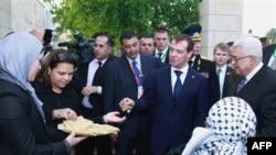 Палестинцы во главе с президентом Палестинской автономии Махмудом Аббасом (крайний справа) приветствуют президента РФ Дмитрия Медведева на Западном берегу реки Иордан. 18 января 2011 года