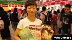 香港市民陳小姐購買多本關於香港67暴動的書籍,對比今昔