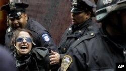 استفاده پولیس کلیفرنیا از 'اسپری مرچ' علیه مظاهره کنندگان