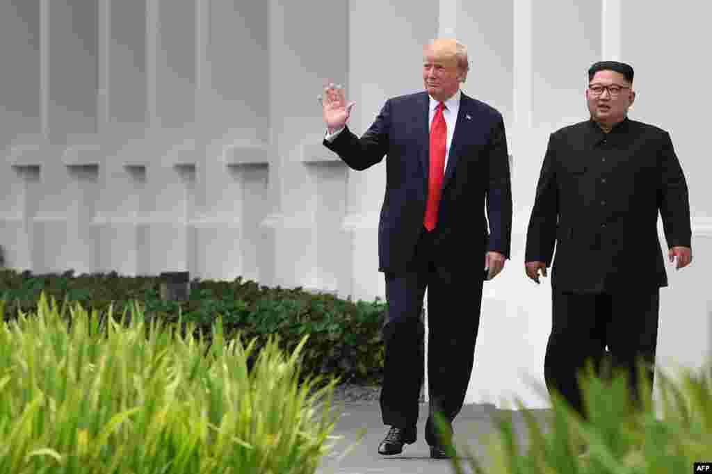 도널드 트럼프 미국 대통령과 김정은 북한 국무위원장이 12일 싱가포르 카펠라 호텔에서 오찬을 마친 뒤함께 산책로를 걷고 있다.
