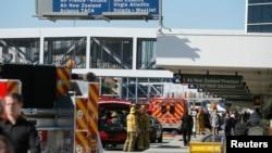 洛杉磯國際機場槍擊事件發生後旅客離開機場大樓