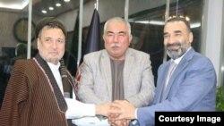 Afg'oniston Vitse-prezidenti general Abdul Rashid Do'stum (markazda) siyosiy yetakchilar bilan Anqara shahrida.