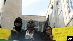 Des partisans de Ouattara devant l'ambassade ivoirienne à Washington, D.C., le 30 décembre 2010