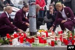 Trabalhadores Germanwings acendem velas pelas vítimas