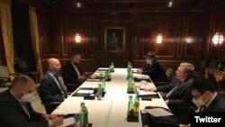 دیدار هیات آمریکایی به رهبری راب مالی (سمت چپ) با هیات روسیه در مورد مذاکرات برجام در وین