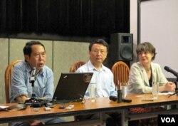 中国人民大学教授时殷弘(左)和北京大学教授贾庆国(中)(2012年5月10日,美国之音张楠拍摄)