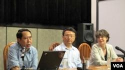 中国人民大学教授时殷弘(左)和北京大学教授贾庆国(中)(美国之音张楠拍摄)