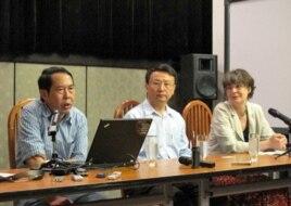 中國人民大學教授時殷弘(左)和北京大學教授賈慶國(中)(2012年5月10日,美國之音張楠拍攝)