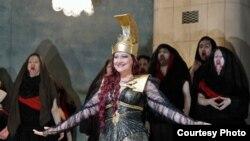 Мария Литке, сопрано из Петербурга, в роли Афины Паллады. «Орестея». Photo credit: Cory Weaver