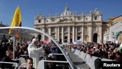 教宗本篤向信眾告別