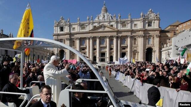 27일 바티칸에서 마지막 알현식에 참석하기 위해 성 베드로 광장으로 나오는 교황 베네딕토 16세.