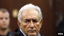 Prezidan Fon Monetè Entènasyonal-la, Dominique Strauss-Kahn konparèt nan yon tribunal penal nan Manhattan nan Nouyok