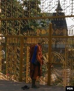 一名僧人在摩诃菩提寺外礼佛冥想。(美国之音朱诺拍摄,2015年6月21日)