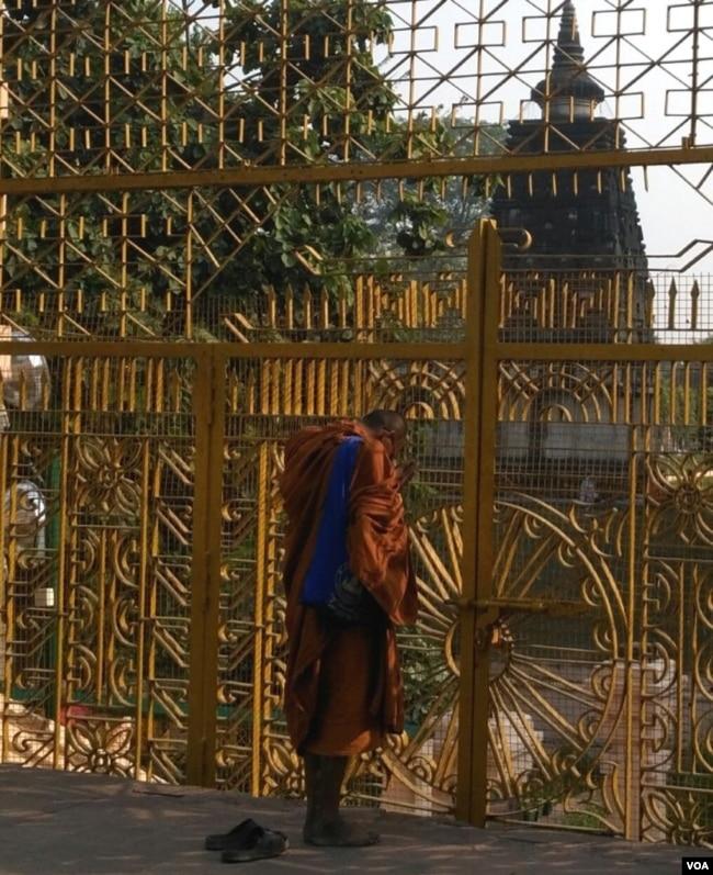 一名僧人在摩訶菩提寺外禮佛冥想。 (美國之音朱諾拍攝,2015年6月21日)