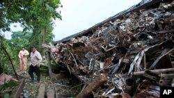 Autoridades siguen buscando debajo de los escombros para asegurarse que no hay más víctimas.