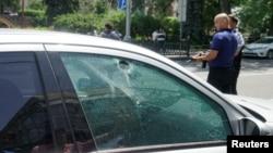 18일 카자흐스탄 알카니에서 무장괴한들의 총격으로 경찰관 2명이 숨지고 7명이 다쳤다. 사건 현장 주변에 있던 승용차 유리창에 총격으로 인한 구멍이 나있다.