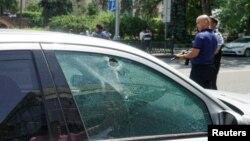 Đạn xuyên thủng qua cửa kính một chiếc xe đang đậu trên đường ở thành phố Almaty, Kazakhstan, ngày 18/7/2016.