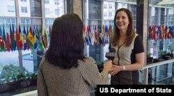 """AQSh Davlat kotibi muovini Evan Ryan """"Amerika Ovozi"""" jurnalisti Navbahor Imamova bilan, Vashington"""