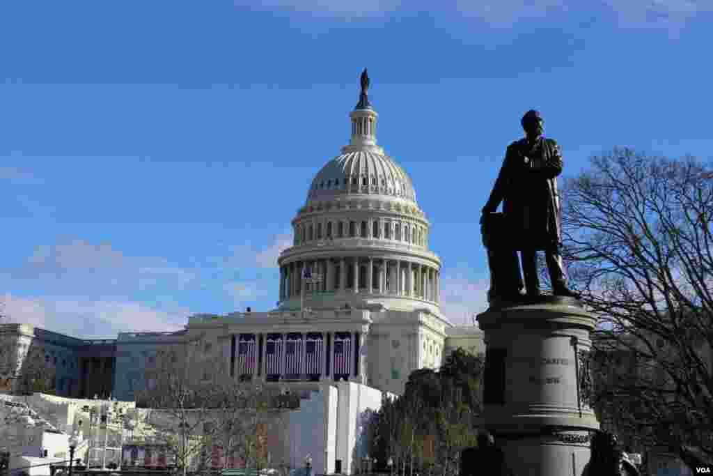 در مقابل کنگره آمریکا در یکی از میداین کوچک مجسمه جیمز گارفیلد بیستمین رئیس جمهوری آمریکا قرار دارد. او همزمان ناصرالدین شاه بود و در نهایت ترور شد.