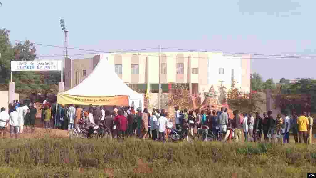 Beacoup de gens à l'entré de la cour d'assises de Sikasso, le 30 novembre 2016.