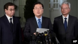 Penasihat keamanan nasional Korea Selatan Chung Eui-yong (tengah) menyampaikan pengumuman mengejutkan Kamis (8/3) malam di luar Gedung Putih.