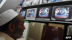 Pakistanac prati na televiziji govor premijera Jusufa Reze Gilanija u parlamentu
