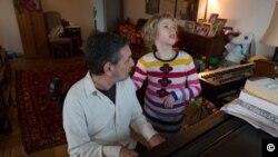 """მაიკ ლედონი ქალიშვილთან, მერისთან ერთად. ფოტო - """"ნიუ-იორკ თაიმსი""""."""