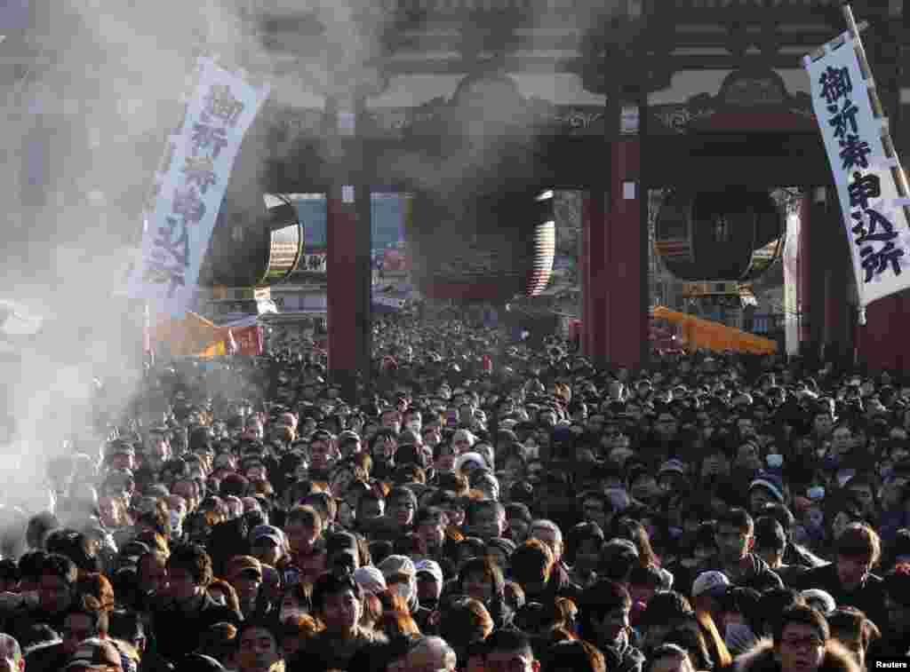 Токио. Курящийся ладан над людьми, пришедшими к храму вознести молитвы