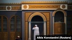 Umat Muslim yang tinggal di Yunani menerapkan jarak sosial sebagai tindakan pencegahan terhadap penyebaran Covid-19 selama shalat Jumat di masjid resmi pertama ibu kota di Athena, Yunani, 6 November 2020. (Foto: REUTERS/Alkis Konstantini)