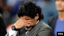 Maradona tertunduk sedih ketika timnya dikalahkan Jerman 4-0 dalam perempatfinal Piala Dunia 2010 di Afrika Selatan.