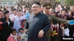 ေျမာက္ကိုရီးယားေခါင္းေဆာင္ Kim Jong Un ကို ေျမာက္ကိုရီးယားျပည္သူေတြနဲ႔ေတြ႔ရစဥ္။(ေမ ၅-၂၀၁၇)