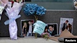 Para penggemar meletakkan bunga dan foto di depan hotel tempat aktor Cory Monteith ditemukan tewas di Vancouver, Kanada. (Reuters/Andy Clark)