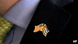 有人戴上了美国古巴友好别针。