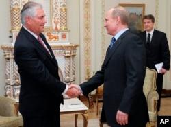 俄罗斯总统普京与蒂勒森握手(资料照)