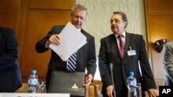 Wakil Menlu Rusia Gennady Gatilov (kiri) dan Mikhail Bogdanov saat berada di kantor PBB di Jenewa, Juni 2013 (Foto: dok).