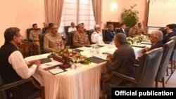 شاهد خاقان عباسی، صدر اعظم موقت پاکستان، نشس امروز کمیتۀ امنیت ملی آن کشور را ریاست میکرد
