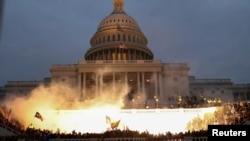 6 Ocak 2020 - Eski Başkan Trump destekçilerinin Kongre binasına saldırısında polisin kalabalığı dağıtmak için kullandığı mühimmatın bina önündeki ışık patlamasına neden olduğu tahmin ediliyor