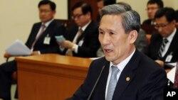 국방위원회에서 북 미사일에 관해 발언하는 김관진 한국 국방장관 (자료사진)