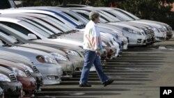 Un potencial comprador busca entre largas líneas de Corollas y Camrys del 2007 no vendidos en una venta de autos de Boulder, Colorado. La Toyoya está llamando a reparación 7,4 millones de autos.