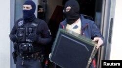 Dieciséis edificios fueron registrados el jueves en Alemania, Austria y Francia en relación con la detención del teniente alemán.