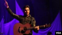 Juanes ofreció un concierto en el Wolf Trap de Virginia como parte de su gira por EE.UU. [Foto: Mitzi Macias, VOA].