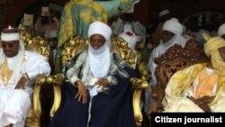Lamidon Adamawa Barkindo Aliyu Mustapha sanye da bakar alkyabba (tsakiya)