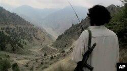 파키스탄 북와지리스탄 지역에서 도로를 살피고 있는 파키스탄 탈레반 병사. (자료사진)