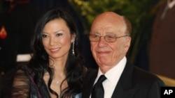 媒体大鳄默多克没有因为娶中国夫人而在成就中国事业上所向披靡。图为默多克与邓文迪夫妇资料照
