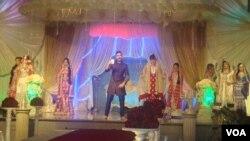 اسٹیج پر عروسی جوڑوں کی ماڈلز