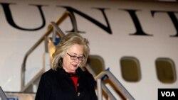 Menlu AS Hillary Rodham Clinton saat tiba di Istanbul, Turki untuk menghadiri pembicaraan mengenai masa depan Libya (15/7).