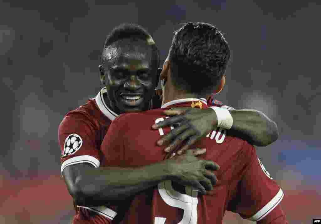Le milieu de terrain sénégalais de Liverpool Sadio Mane célèbre après avoir marqué un but le 21 novembre 2017.