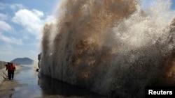 Sóng cao đánh vào đê biển khi bão nhiệt đới Soulik tiến gần thành phố Ôn Lĩnh, tỉnh Chiết Giang, Trung Quốc, 17/7/2013